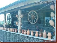 Как там здорово! Это уже Нижние Таволги. Семейная гончарная мастерская. Такой у них двор!